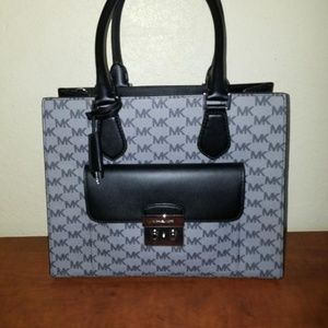 ***SOLD***Michael Kors Leather Bridgette handbag